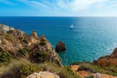 Atlantycki skalisty wybrzeże (Ponta da Piedade, Lagos, Algarve, Portugalia Obraz Royalty Free