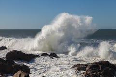 Atlantyckie fala przy Portugalia wybrzeżem Zdjęcie Royalty Free