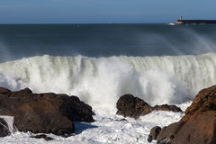 Atlantyckie fala przy Portugalia wybrzeżem Fotografia Royalty Free