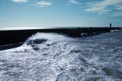 Atlantyckie fala przy Portugalia wybrzeżem Zdjęcia Royalty Free