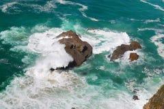 Atlantyckie ocean fala Rozbija na skałach Obrazy Royalty Free