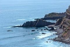 Atlantyckiego oceanu skalista linia brzegowa & x28; Algarve, Portugal& x29; Obrazy Stock