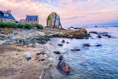 Atlantyk plaża na Różowym granitu wybrzeżu, Brittany, Francja Zdjęcie Stock