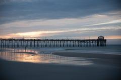 Atlantyk wyrzucać na brzeg molo na Pólnocna Karolina wybrzeżu przy zmierzchem obraz royalty free