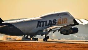 Atlas Air Boeing 747 przychodzi wewnątrz dla lądowania obraz royalty free
