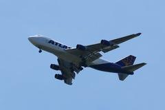 Atlas Air Boeing 747 steigt für die Landung an internationalem Flughafen JFK in New York ab Lizenzfreie Stockfotos