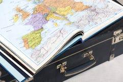 Atlas du monde sur une valise Images stock