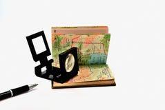 Atlas met een vergrootglas stock foto's