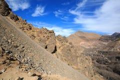 Atlasbergen Berghelling bij het lopen van wandelingssleep Stock Foto's