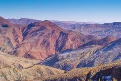 Atlasbergen die aardige gekleurde heuvels tonen stock foto's