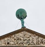 Atlasstandbeeld op Royal Palace Dam Square in Amsterdam, Nederland royalty-vrije stock fotografie