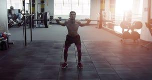 Atleet crouches in de gymnastiek stock video