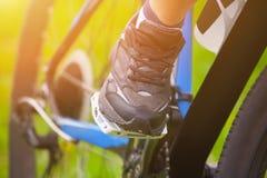 Atleet - de fietser houdt zijn voeten in loopschoenen op de pedalen van zijn voertuig terwijl het drijven stock foto's
