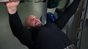 Atleet die barbell oefeningen4k Langzame Mo doen stock videobeelden