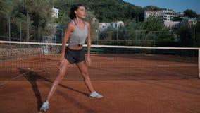 Atleet die buik het bekken veranderende benen doen van de oefeningenlift stock video