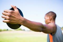 Atleet die een discus houden royalty-vrije stock afbeelding