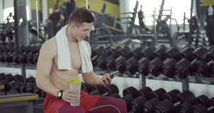 Atleet die een rust hebben stock footage