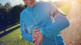 Atleet die het programma controleren bij zijn slim horloge alvorens te lopen royalty-vrije stock fotografie
