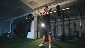 Atleet die oefening met een barbell doen stock video