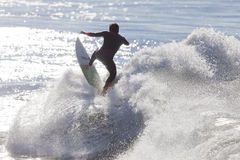 Atleet die op Santa Cruz-strand in Californië surfen royalty-vrije stock foto's