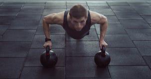 Atleet die opdrukoefening doen stock footage