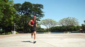 Atleet die in park lopen stock footage