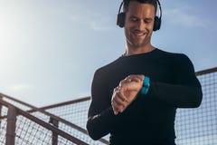Atleet die smartwatch zijn voortgang gebruiken te bewaken stock foto