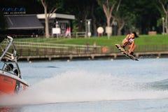 Atleet die stunt uitvoeren tijdens Rip Curl Singapore Nationale Intervarsity Royalty-vrije Stock Foto