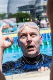 Atleet Finishing het Uitgangsprotocol met het O.k. Handteken stock afbeeldingen