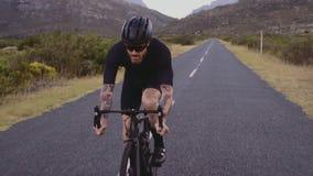 Atleet het cirkelen op lange vlakke weg stock videobeelden