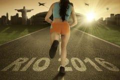 Atleet met tekst Rio 2016 op asfalt Royalty-vrije Stock Afbeeldingen