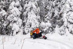 Atleet op een sneeuwscooter stock foto