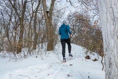 Atleet opleiding in sneeuwweer stock fotografie