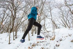 Atleet opleiding in sneeuwweer royalty-vrije stock foto