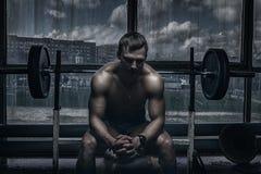 Atleet in oude roestige gymnastiek Stock Afbeeldingen