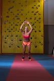 Atleet Performing Vérspringen in Gymnastiek stock afbeelding