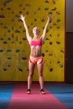 Atleet Performing Vérspringen in Gymnastiek royalty-vrije stock afbeelding