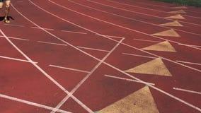 Atleet Sprinting in Langzame Motie op Renbaan stock videobeelden