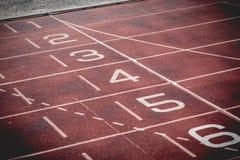 Atleet Track of Renbaan met zes aantallen en stegen stock afbeeldingen