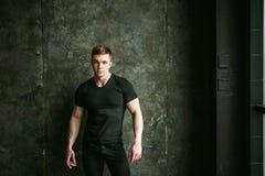 Atleet van de de mensenbodybuilder van het studioportret de jonge sexy Stock Foto's