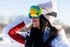 Atleet in zonnebril bij bergen Stock Afbeeldingen