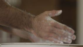 Atlet klaśnięć ręki z talku proszkiem zbiory wideo