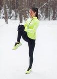 Atleta adatto della donna che fa il corridore della femmina di allungamenti Fotografia Stock