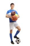 Atleta adolescente con los diferentes tipos de bolas de los deportes Fotografía de archivo