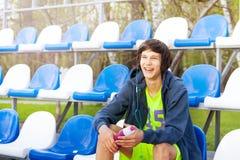 Atleta adolescente feliz que tiene resto después de entrenamiento Fotos de archivo