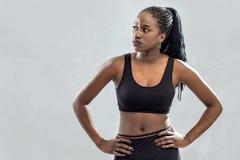 Atleta adolescente negro que se coloca con las manos en caderas Fotos de archivo libres de regalías