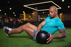 Atleta africano masculino consider?vel que d? certo no gym imagens de stock royalty free