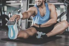 Atleta alegre que engancha a deportes Foto de archivo libre de regalías