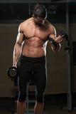 Atleta apto Exercise With Dumbbells Fotografia de Stock Royalty Free