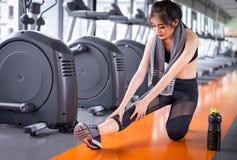 Atleta asi?tico de la mujer que estira ejercicio despu?s de entrenamiento fotos de archivo